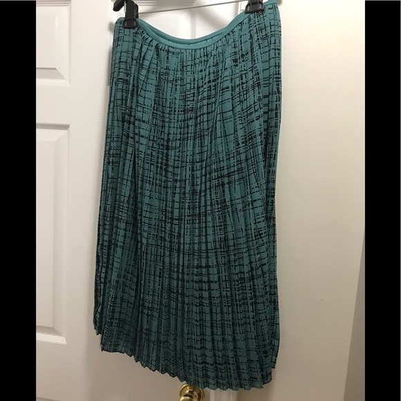 Banana Republic Dresses & Skirts - Beautiful Banana republic skirt with pleats